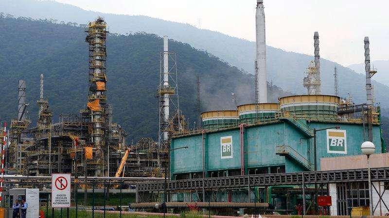 Una refinería de Petrobras en Cubatao, Brasil, feb 25 2015. Brasil produjo en enero más de 3 millones de barriles de petróleo y de gas natural equivalente por día (bped) por segundo mes consecutivo, un incremento de más de 20 por ciento frente al mismo mes del año pasado. Foto: Paulo Whitaker/Reuters
