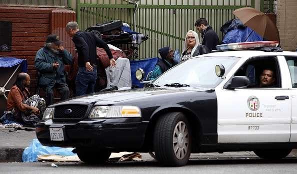 Una patrulla de la Policía de Los Ángeles recorre el barrio de Skid Row, cerca del sitio donde este domingo un indigente fue abatido a tiros por agentes de esa corporación. Foto: Francine Orr/Getty Images