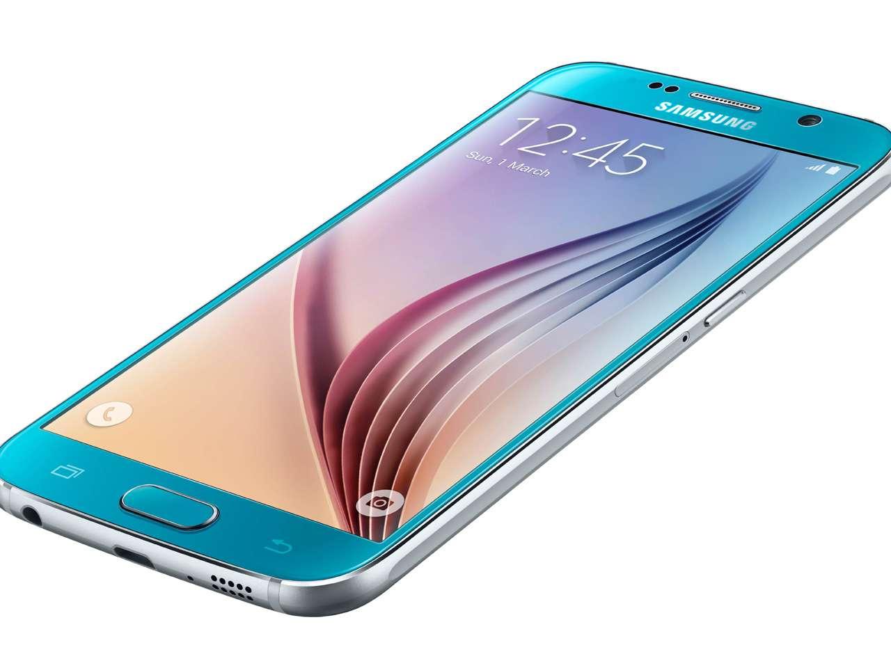 El directivo de Samsung destacó el nuevo diseño con bordes metálicos y una tapa de cristal trasera Foto: Samsung