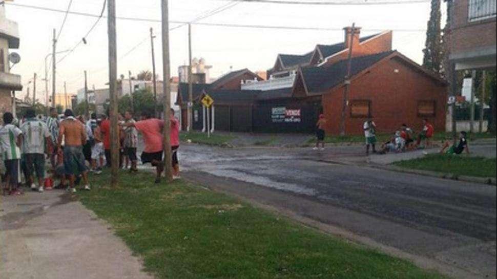 Los incidentes entre barras de Laferrere y la Policía. Foto: Twitter @futbolmultitud