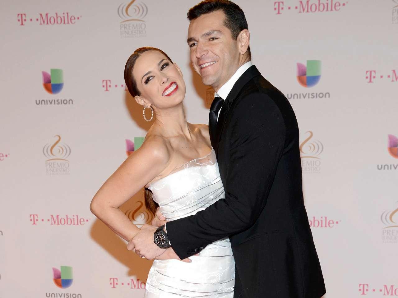 La revista TV Notas exhibió al esposo de Jacqueline Bracamontes en situación comprometedora con otras mujeres. Foto: Photo AMC