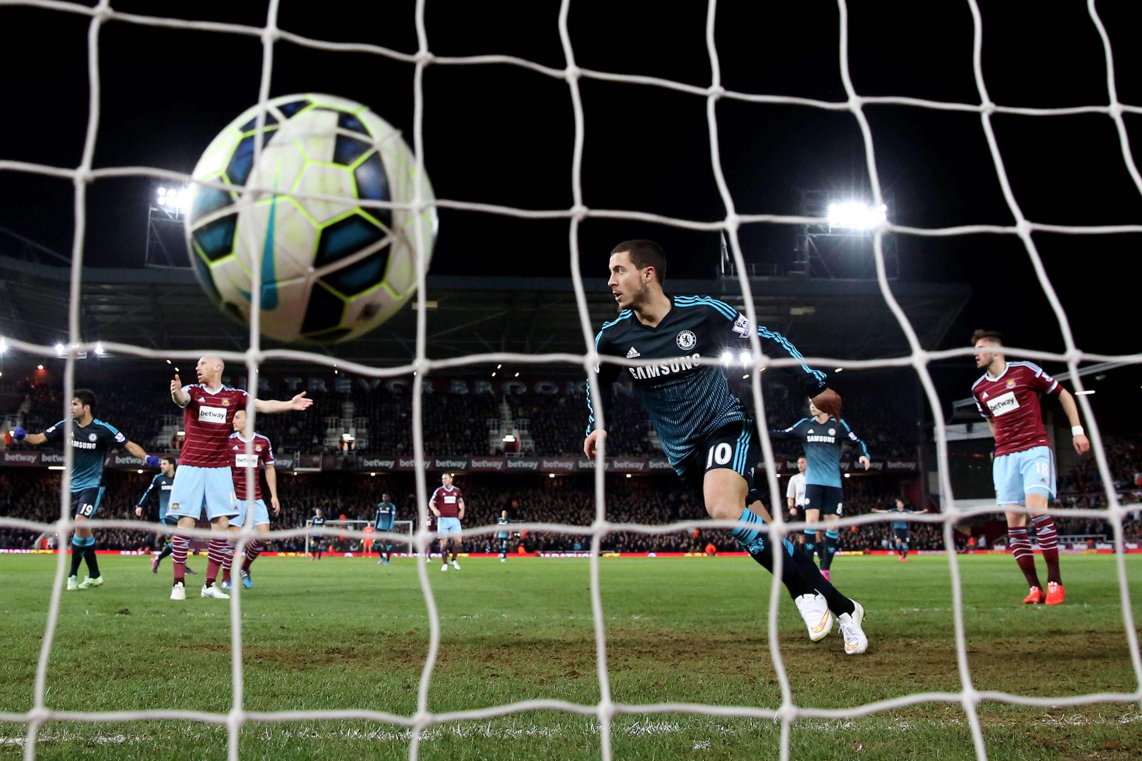 Con solitaria anotación de Eden Hazard, Chelsea derrotó 1-0 a West Ham para mantener seguir en la cima de la Premier League, cinco puntos arriba de Manchester City, que venció 2-0 a Leicester City. Foto: Getty Images