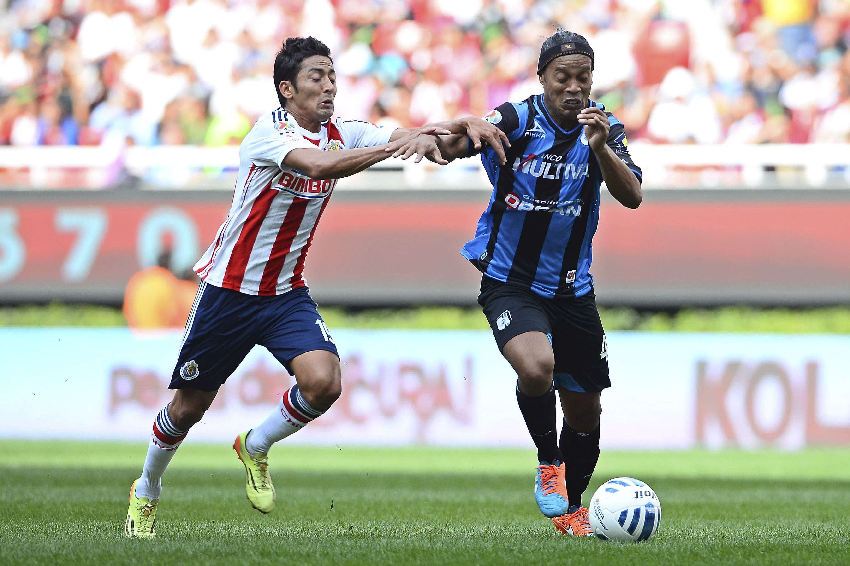 Ronaldinho quiere marcar otra vez ante Chivas. Foto: Mexsport