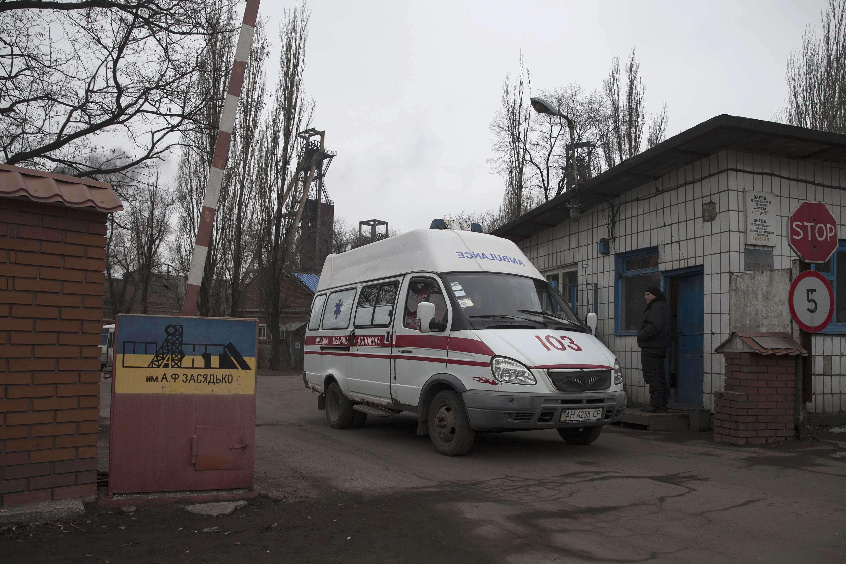 Una ambulancia sale de la mina siniestrada en el este de Ucrania Foto: Reuters