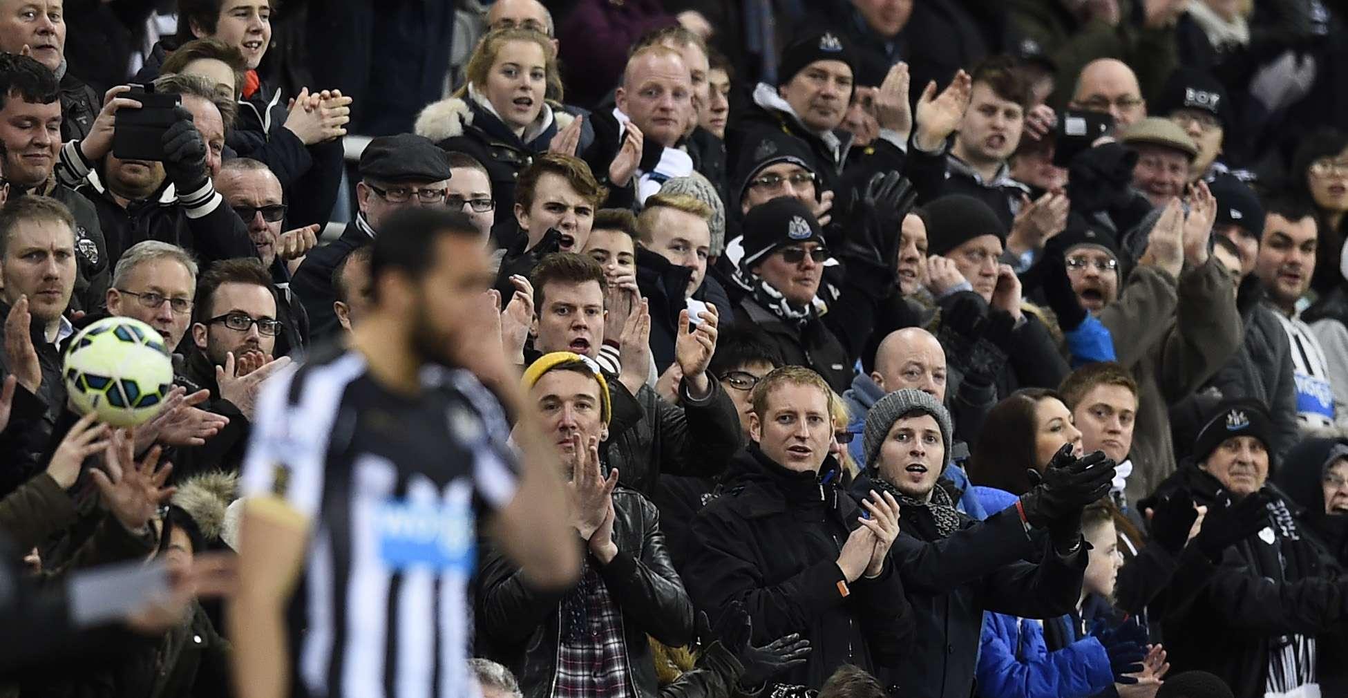 Los hinchas aplauden a Jonás. Foto: Reuters en español
