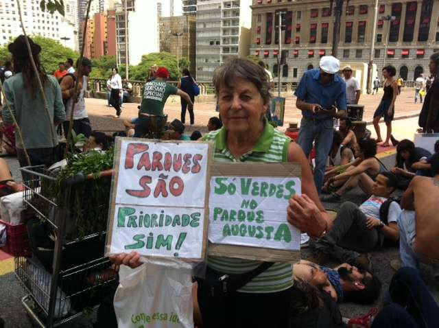 Ana Maraschin, a dona Ana, de 81 anos, acompanha os protestos pelo Parque Augusta desde a primeira ocupação e, na quarta-feira 4 caminhou, com os manifestantes, até a prefeitura para tentar ouvir Fernando Haddad (PT-SP) Foto: Elisa Feres/Terra