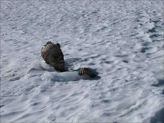 Alpinistas mexicanos hallaron a unos metros de la cima del volcán Pico de Orizaba, en el centro de México, el cuerpo momificado de un hombre que pudo haber quedado sepultado hace 50 años, informó hoy una asociación de escaladores. Foto: Facebook/Grupo Alpino Reinhold Messner