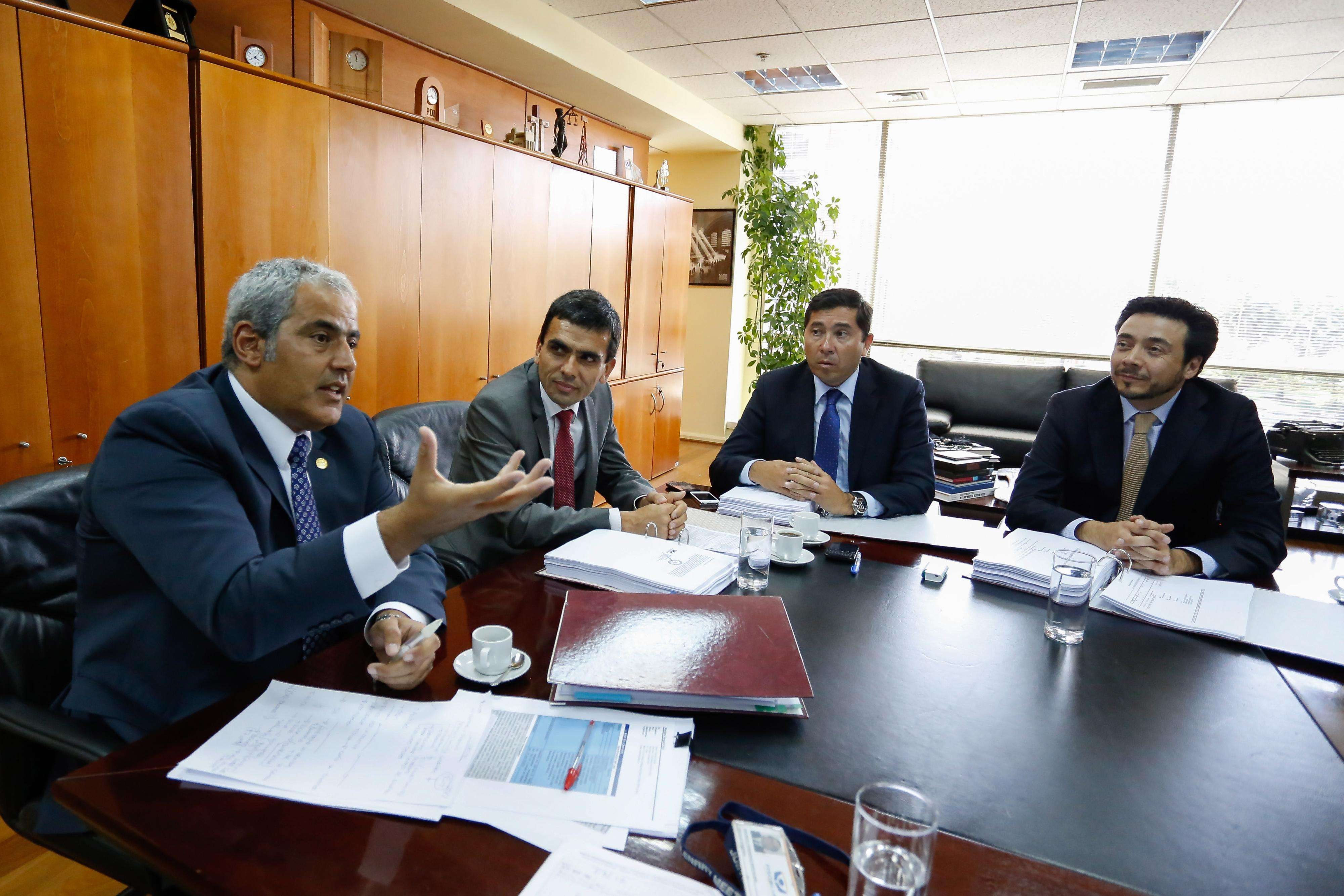 El Fiscal Nacional Sabas Chahuán(I), se reunió con los fiscales Carlos Gajardo(ci), Pablo Norabuena(cd) y Emiliano Arias(d) para coordinar la investigación del llamado caso Penta. 5 de Febrero de 2015 / Santiago Foto: Agencia UNO