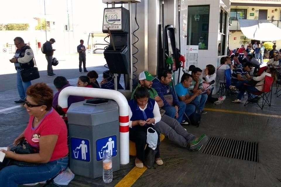 aestros de la Sección 22 tomaron la gasolinera de Avenida Universidad en la ciudad de Oaxaca como parte de su plan de acción de este día. Foto: Reforma