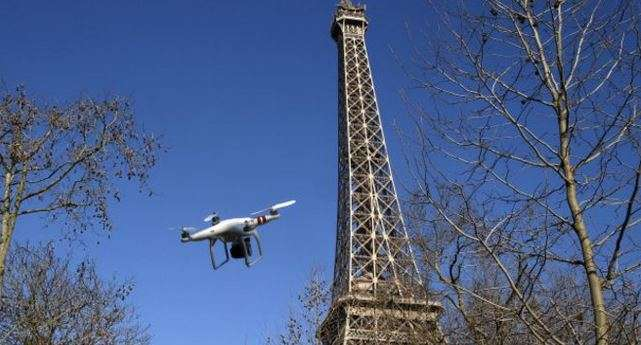 Ilustración de un dron volando cerca de la Torre Eiffel. Foto: Getty Images