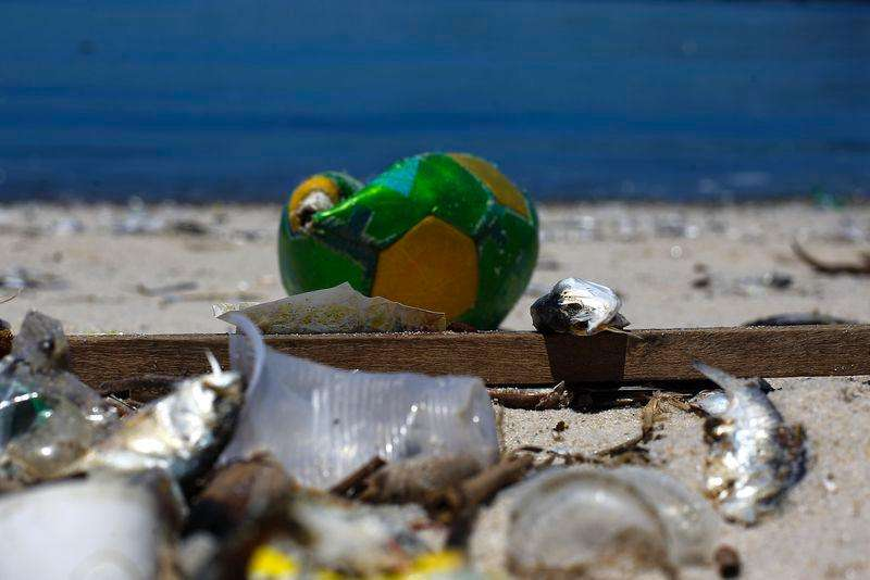 Lixo é encontrado na Baía de Guanabara, no Rio de Janeiro. 24/02/2015. Foto: Ricardo Moraes/Reuters