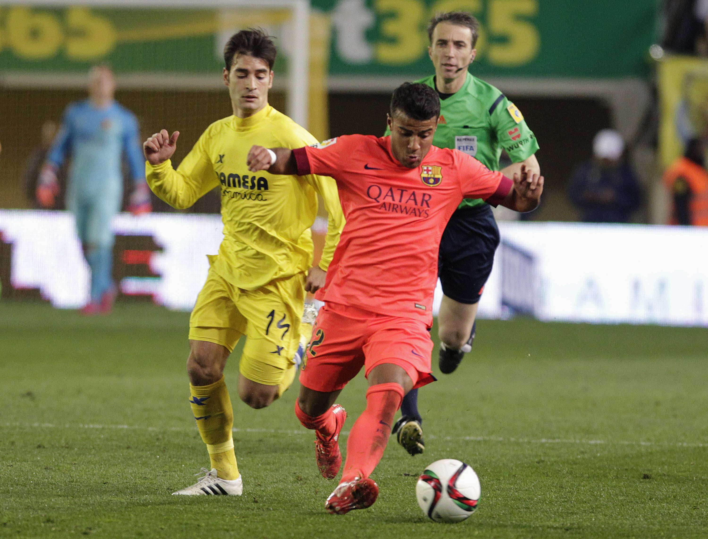 Barcelona's Rafinha Alcantara (R) and Villarreal's Manuel Trigueros fight for the ball during their Spanish King's Cup semi-final second leg soccer match at the Madrigal stadium in Villarreal, March 4, 2015. REUTERS/Heino Kalis (SPAIN - Tags: SPORT SOCCER) Foto: HEINO KALIS/REUTERS