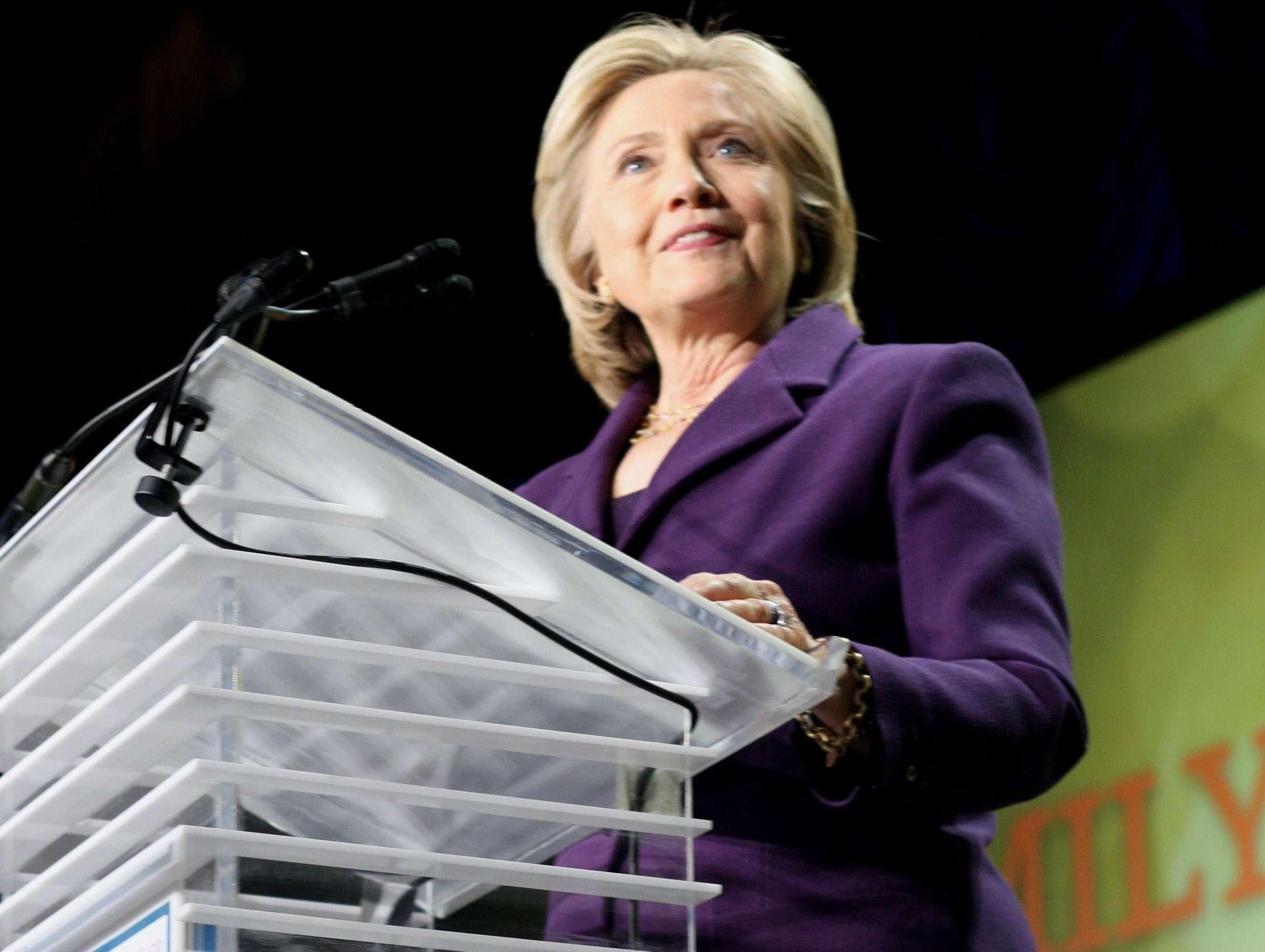 La exsecretaria de Estado Hillary Clinton (i) durante su discurso tras recibir ayer, en Washington, un premio a su trayectoria en el 30 aniversario de la organización demócrata EMILY's List. Foto: EFE en español