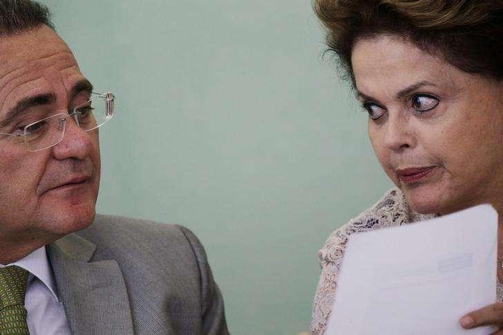 A presidente Dilma Rousseff conversa com o presidente do Senado, Renan Calheiros, durante evento no Palácio do Planalto, em Brasília, no ano passado. 06/05/2014 Foto: Ueslei Marcelino/Reuters