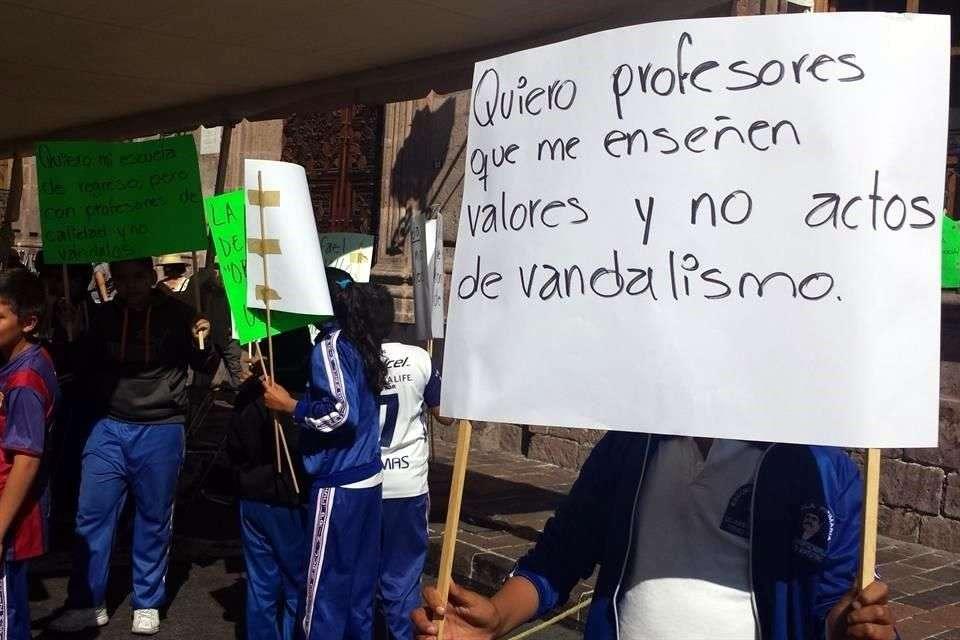 Alumnos y padres de escuelas en Morelia protestan contra la oposición de la Coordinadora al programa de Escuelas de Tiempo Completo. Foto: Reforma