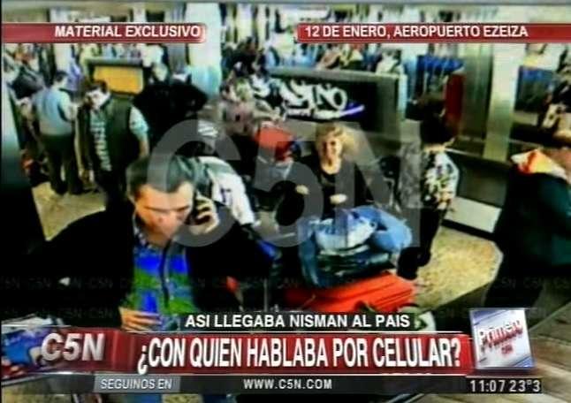 El canal de noticias C5N difundió las imágenes del arribo a Ezeiza de Alberto Nisman una semana antes de su muerte. Foto: YouTube C5N