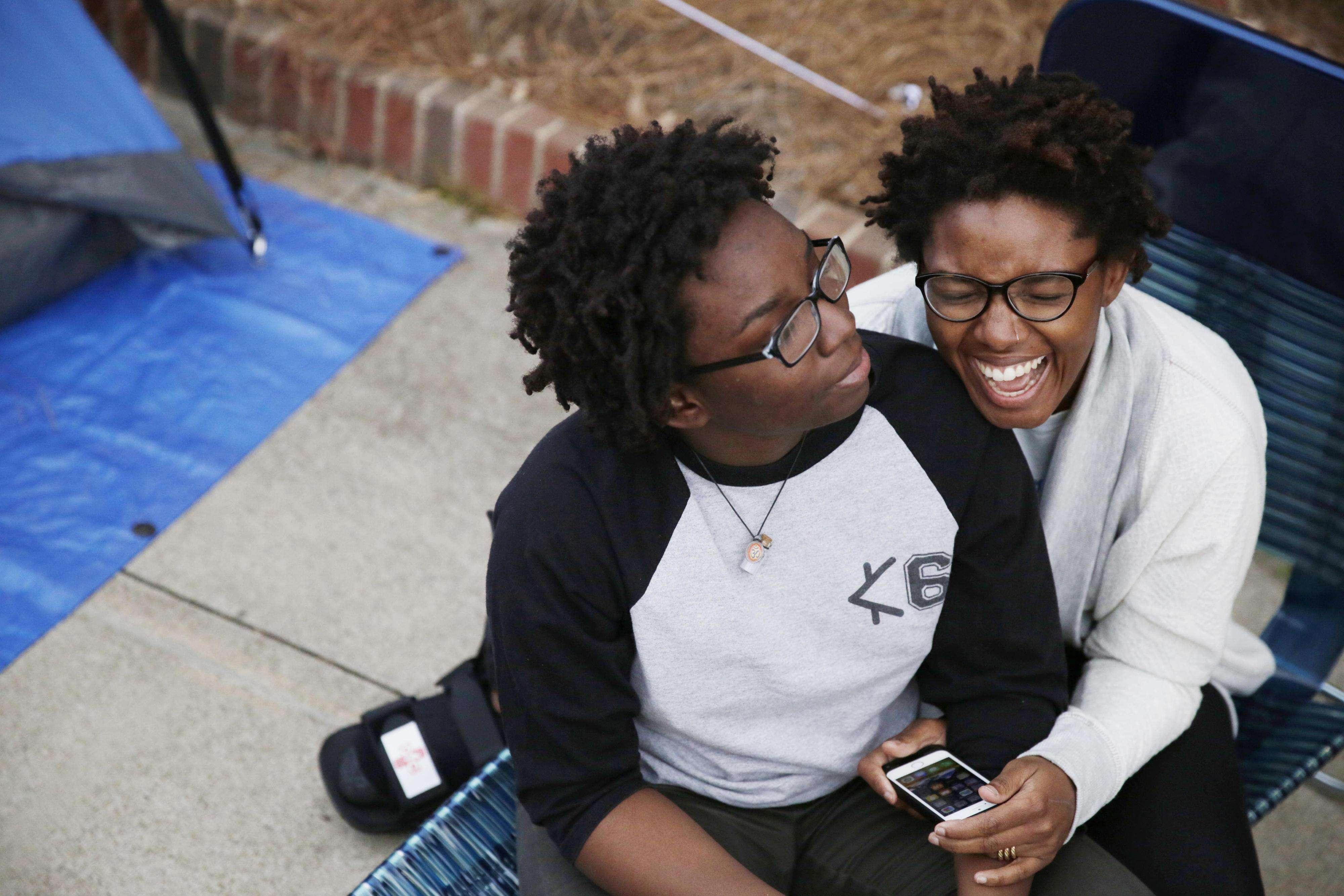 Shanté Wolfe, a la izquierda, y Tori Sisson, a la derecha, sonríen una a la otra cerca de la corte del condado Montgomery en Alabama, el domingo 8 de febrero de 2015. Foto: AP en español