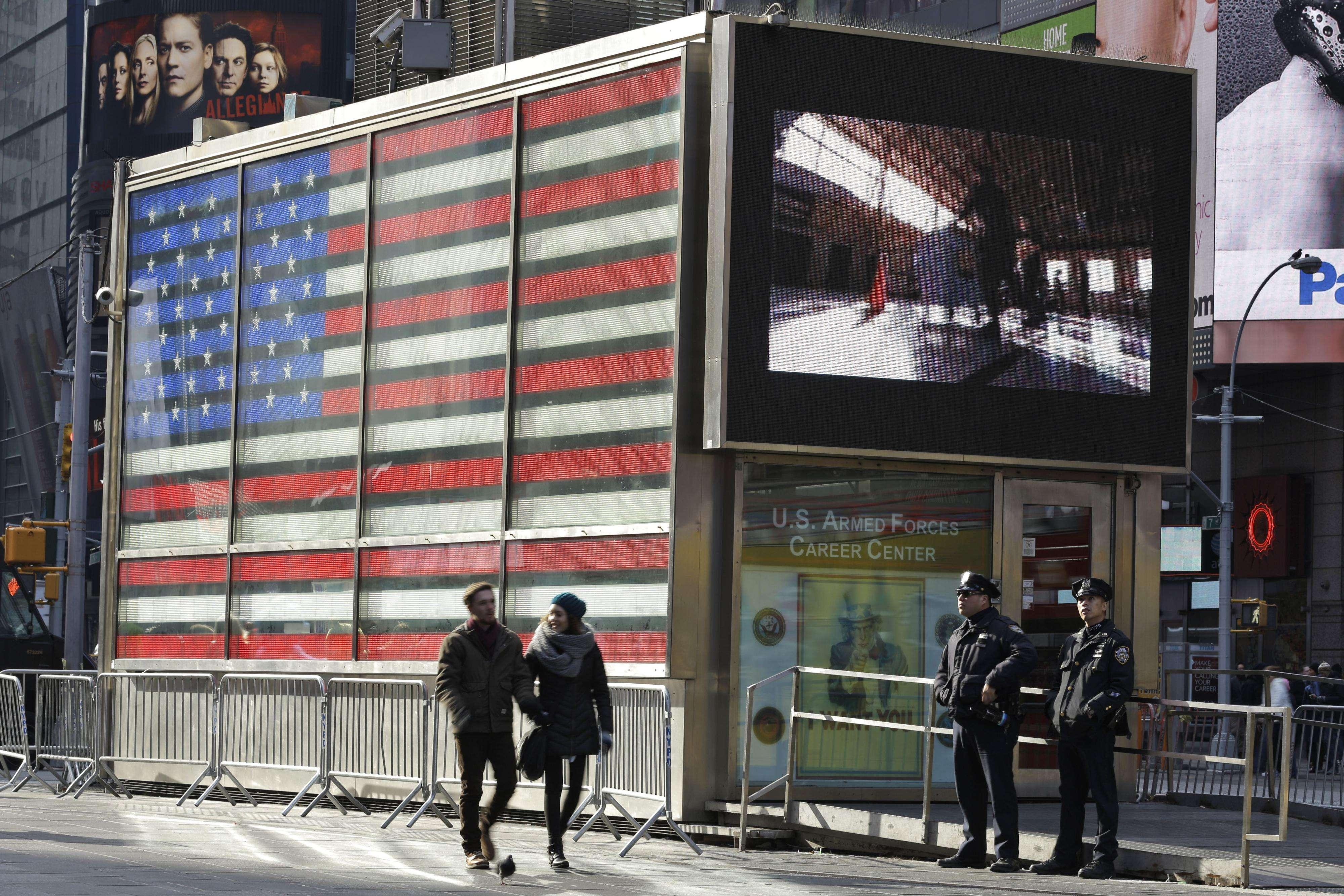 Agentes policiales hacen guardia afuera del centro de reclutamiento de las Fuerzas Armadas en Times Square, el 16 de enero del 2015. Foto: AP en español