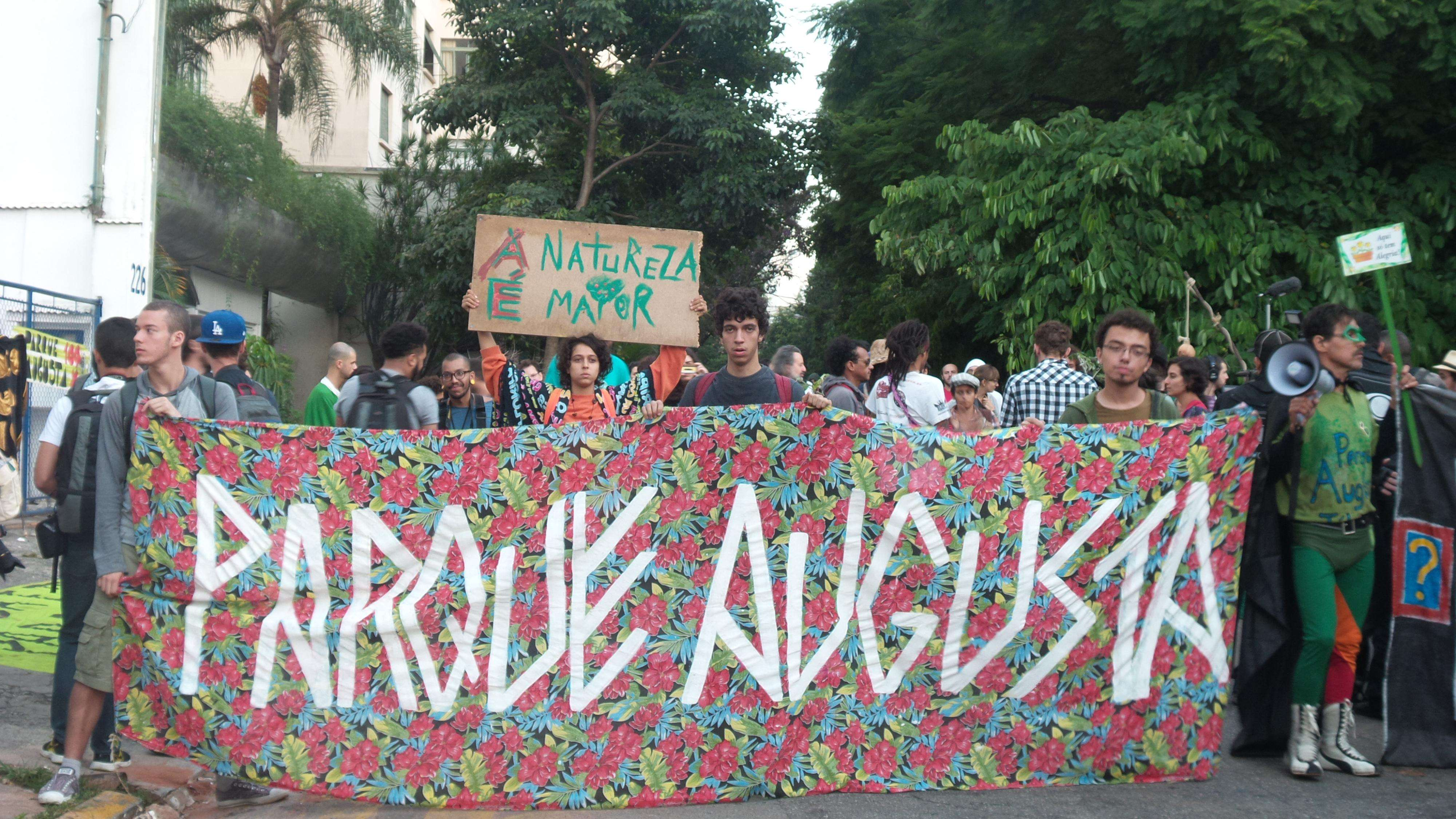 Manifestantes protestam em terreno no centro de São Paulo pela criação do Parque Augusta Foto: Janaína Garcia/Terra