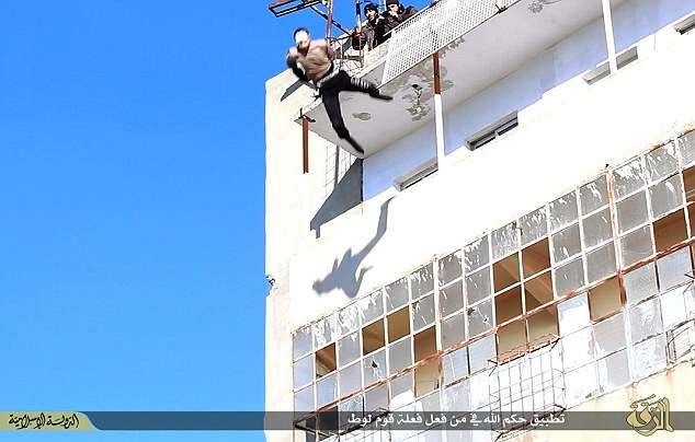 Jovem sírio vendado é empurrado de cima de prédio para morrer - por, supostamente, ser gay Foto: Daily Mail/Reprodução