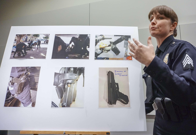 La policía dijo que intentó arrebatar la pistola de un agente de libertad condicional y tres agentes lo mataron a tiros. Foto: AP en español