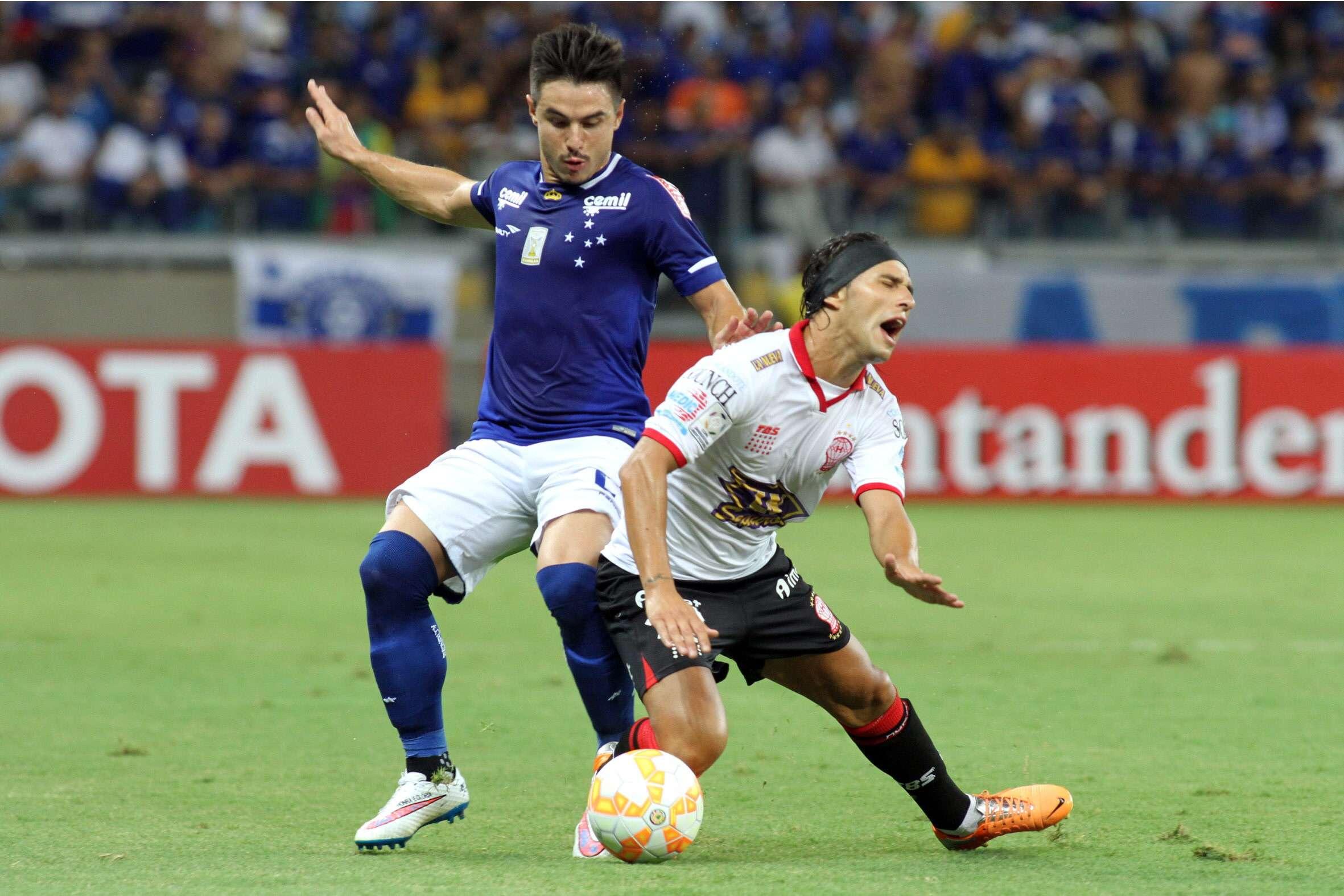 Willian tenta apertar a marcação, mas comete falta no adversário Foto: Paulo Fonseca/AP