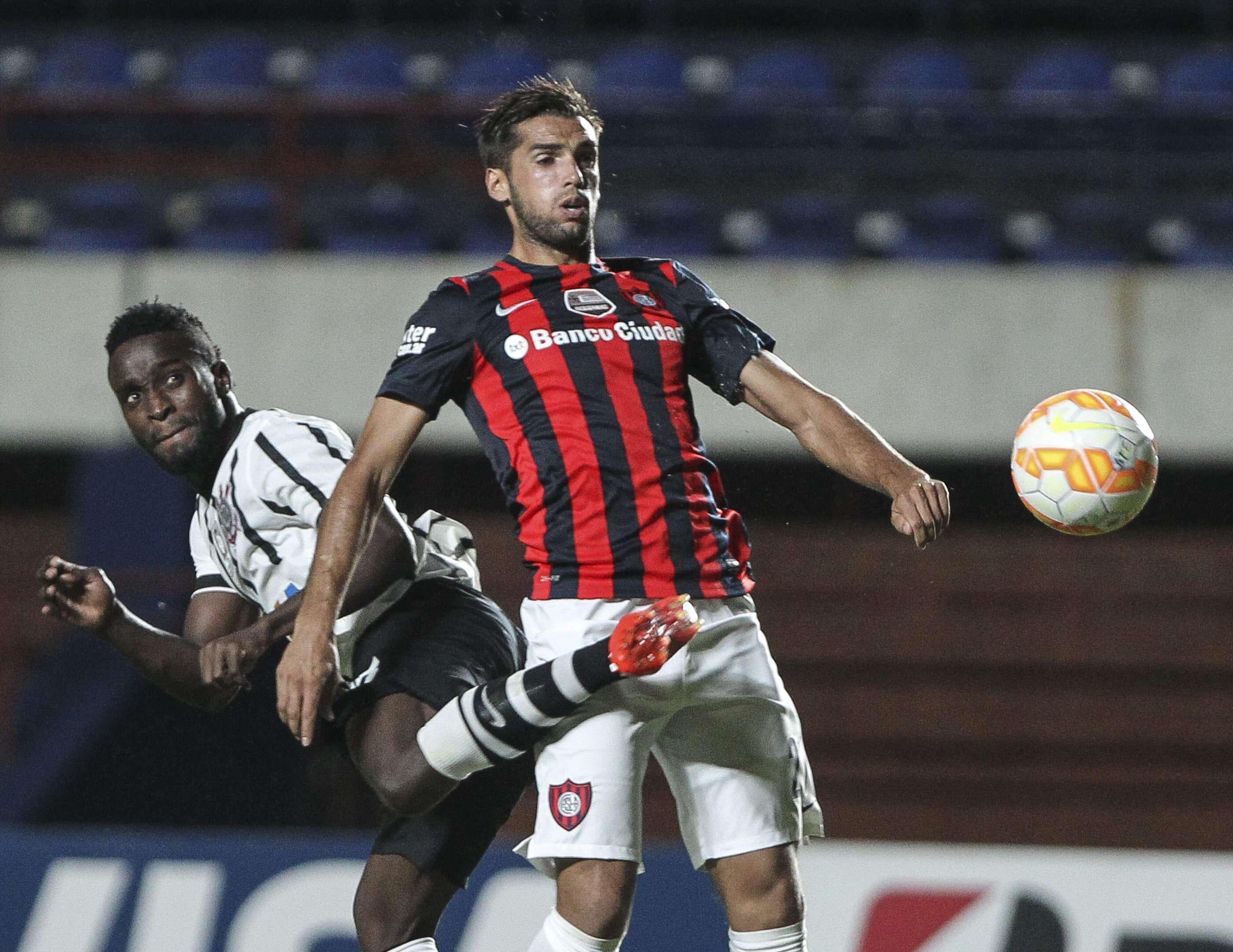 San Lorenzo intentó siempre, pero no estuvo preciso a la hora de definir. Corinthians aprovechó su chance y se fue victorioso del Nuevo Gasómetro. Foto: EFE