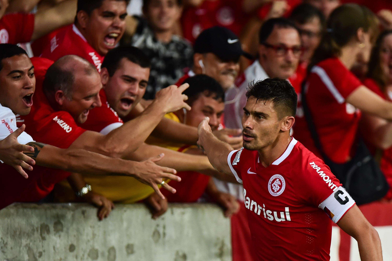 Alex comemora o gol de empate após passe de Nilmar Foto: Vinicius Costa/Futura Press