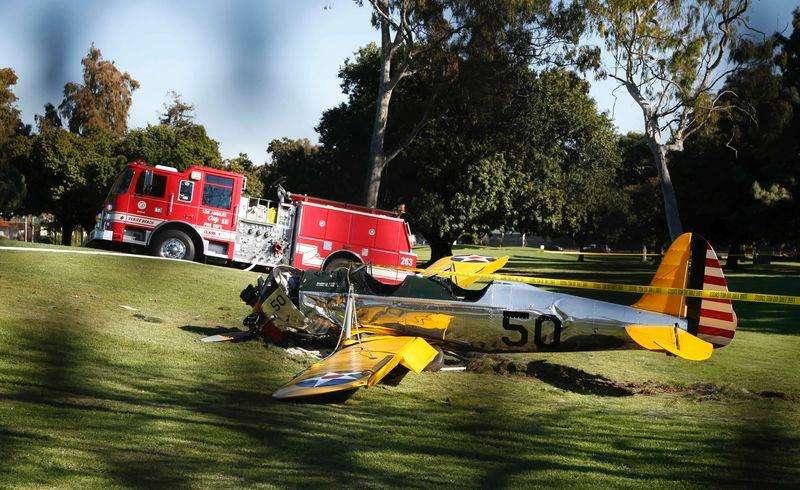 Avião se envolve em acidente no Penmar Golf Course, em Venice, na Califórnia, Estados Unidos, nesta quinta-feira. Segundo o site de celebridades TMZ, o piloto era o ator Harrison Ford, que teria ficado gravemente ferido. Foto: Lucy Nicholson/Reuters