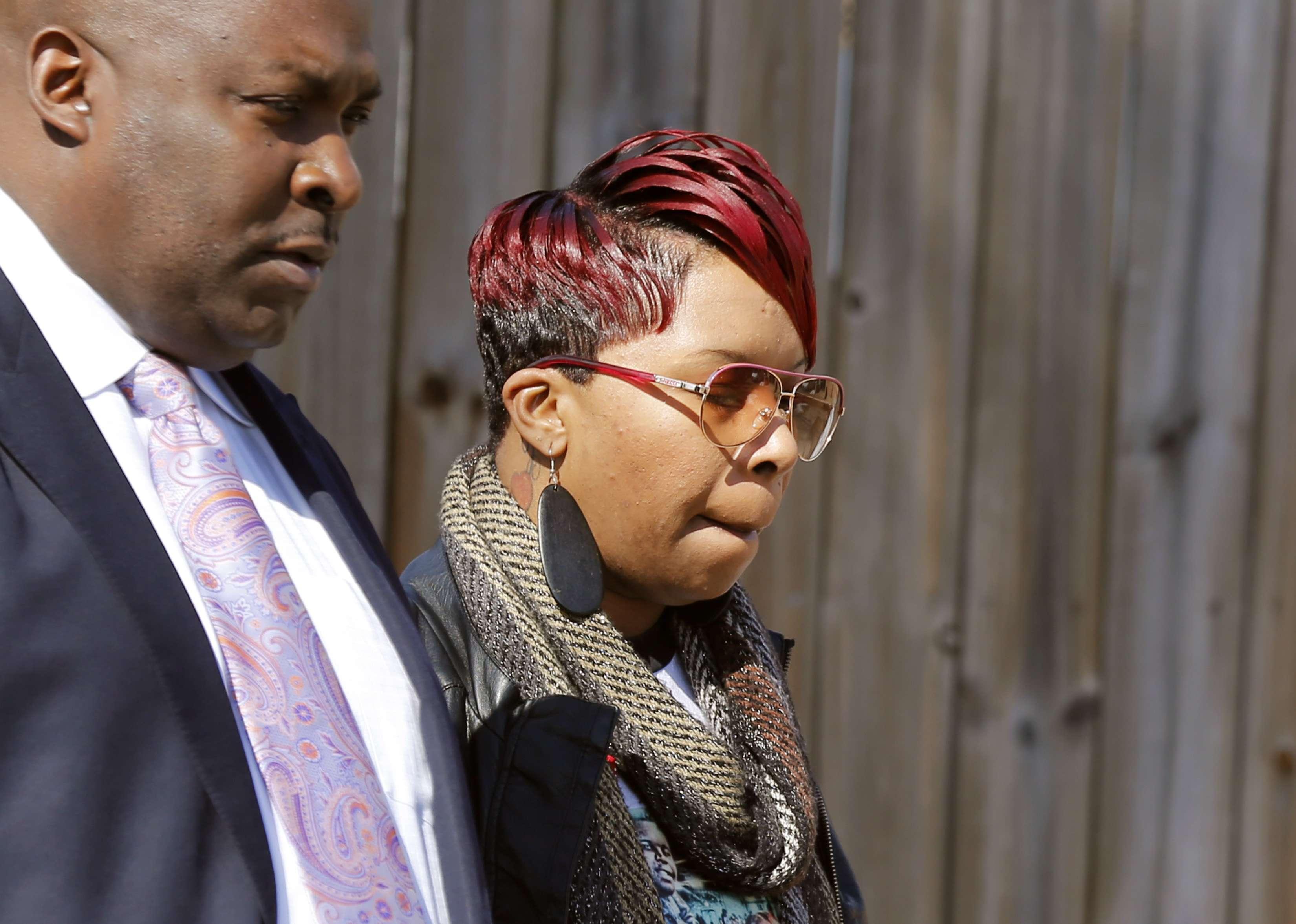 Lesley McSpadden, madre de Michael Brown Jr., sale de una conferencia de prensa con el abogado de la familia Daryl Parks, este jueves 5 de marzo del 2015. Foto: AP en español