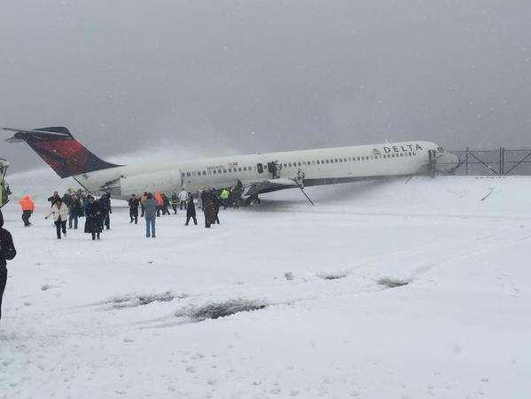 Avião derrapa após pousar em pista repleta de neve em aeroporto da LaGuardia, em Nova York Foto: Reprodução / Twitter