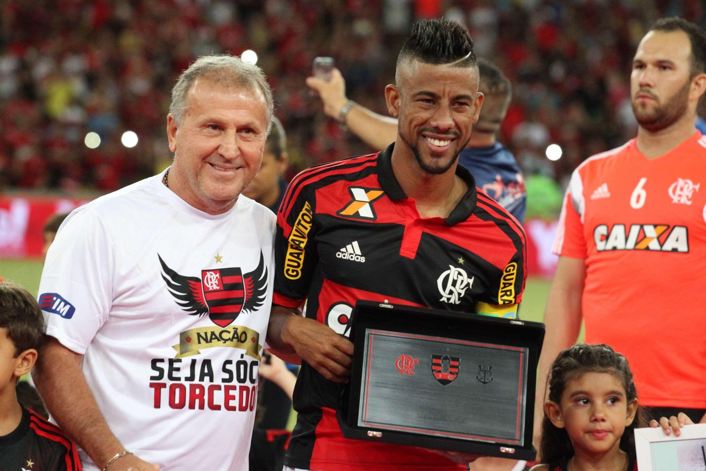 Ídolo maior do Flamengo, Zico entregou placa a Léo Moura Foto: Gilvan de Souza/Flamengo/Divulgação