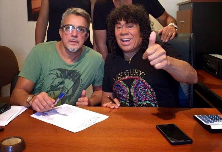 La Mona Jiménez firmó contrato con el productor Adrian Serantoni. Foto: prensa