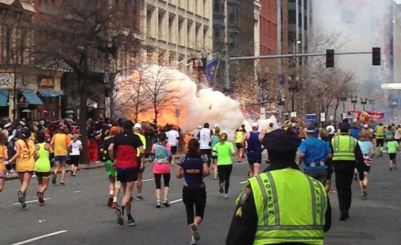 Correria após explosão de bomba na Maratona de Boston em 2013. 15/04/2013 Foto: Dan Lampariello/Reuters
