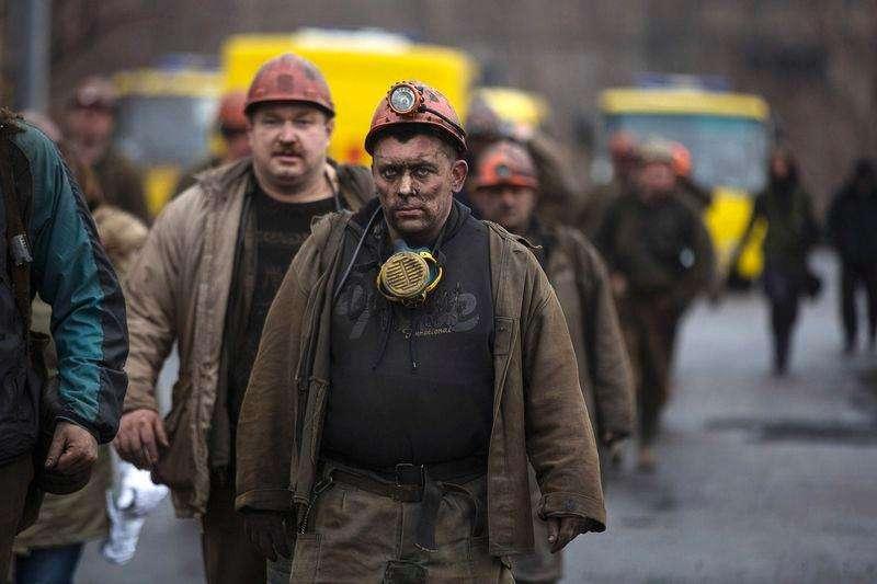 Mineiros deixam mina de carvão Zasyadko após explosão, em Donetsk, leste da Ucrânia, nesta quarta-feira. 04/03/2015 Foto: Baz Ratner/Reuters