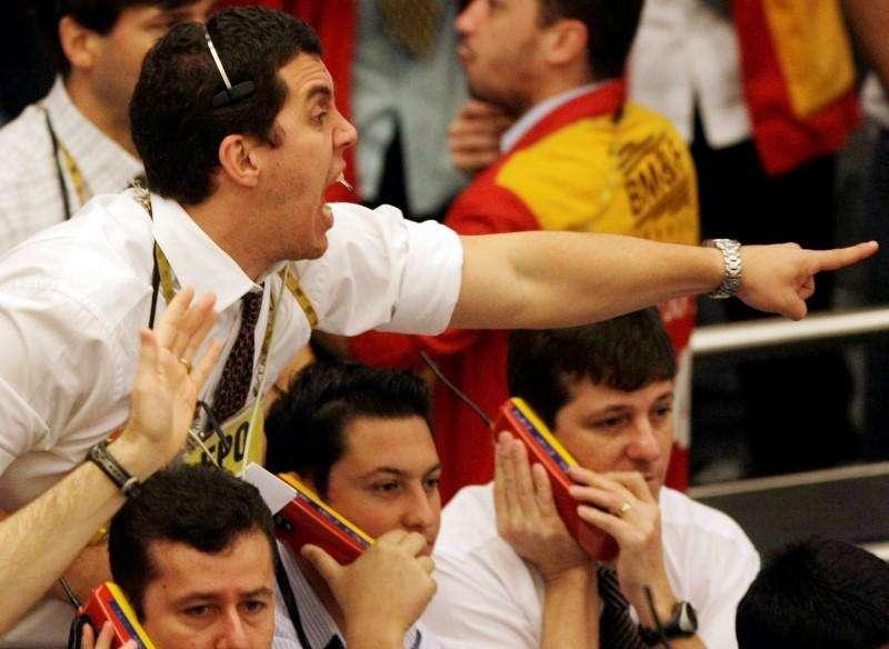 Operadores en la Bolsa de Valores de Sao Paulo, oct 24 2008. EL real brasileño caía el jueves en torno a las 3 unidades por dólar, en línea con el avance a nivel global de la moneda estadounidense y aún presionado por la incertidumbre sobre a un ajuste fiscal en Brasil y a las intervenciones del Banco Central en el mercado cambiario. Foto: Paulo Whitaker/Reuters
