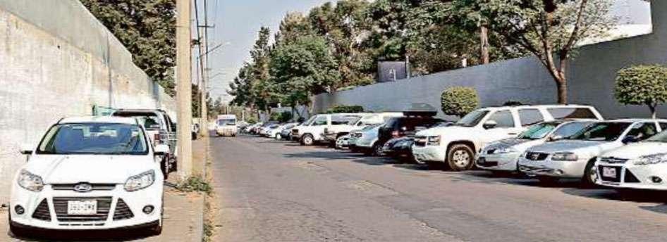 INVASIÓN. Empleados de la Procuraduría estacionan sus coches sobre las dos banquetas y estorban la vialidad que conecta Río San Joaquín con Calzada Legaria. Foto: Armando Vázquez/Reforma