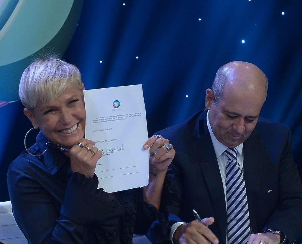 A apresentadora posou para fotos com o contrato Foto: Francisco Cepeda/AgNews