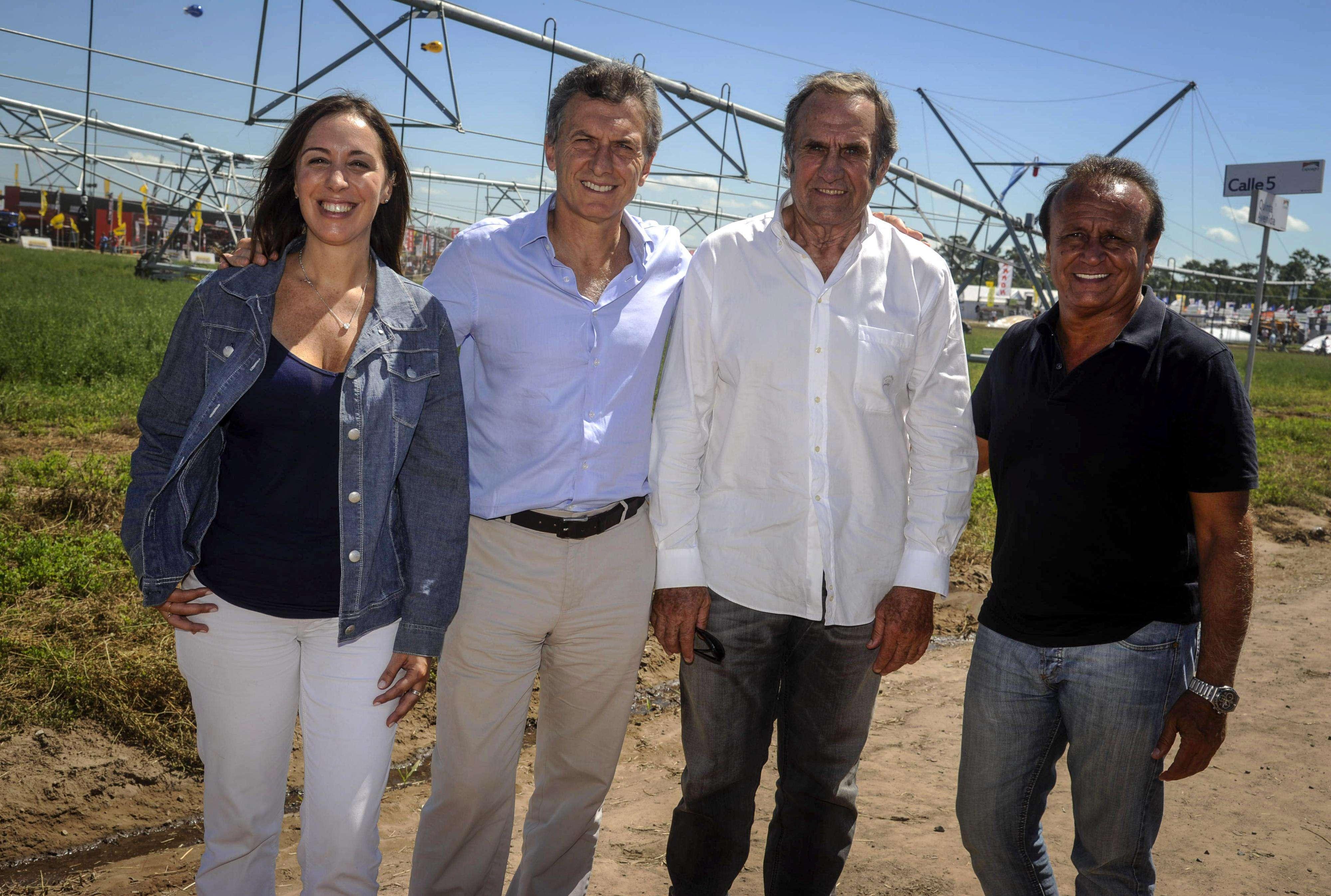 """Mauricio Macri y Carlos """"Lole"""" Reutemann se mostraron en Expoagro, la feria que se realiza en Ramallo y aglutina a los principales dirigentes del campo, junto a María Eugenia Vidal y Miguel Del Sel. Foto: NA"""