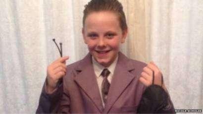 El niño de 11 años se vistió con un traje gris y un antifaz. Foto: BBCMundo.com