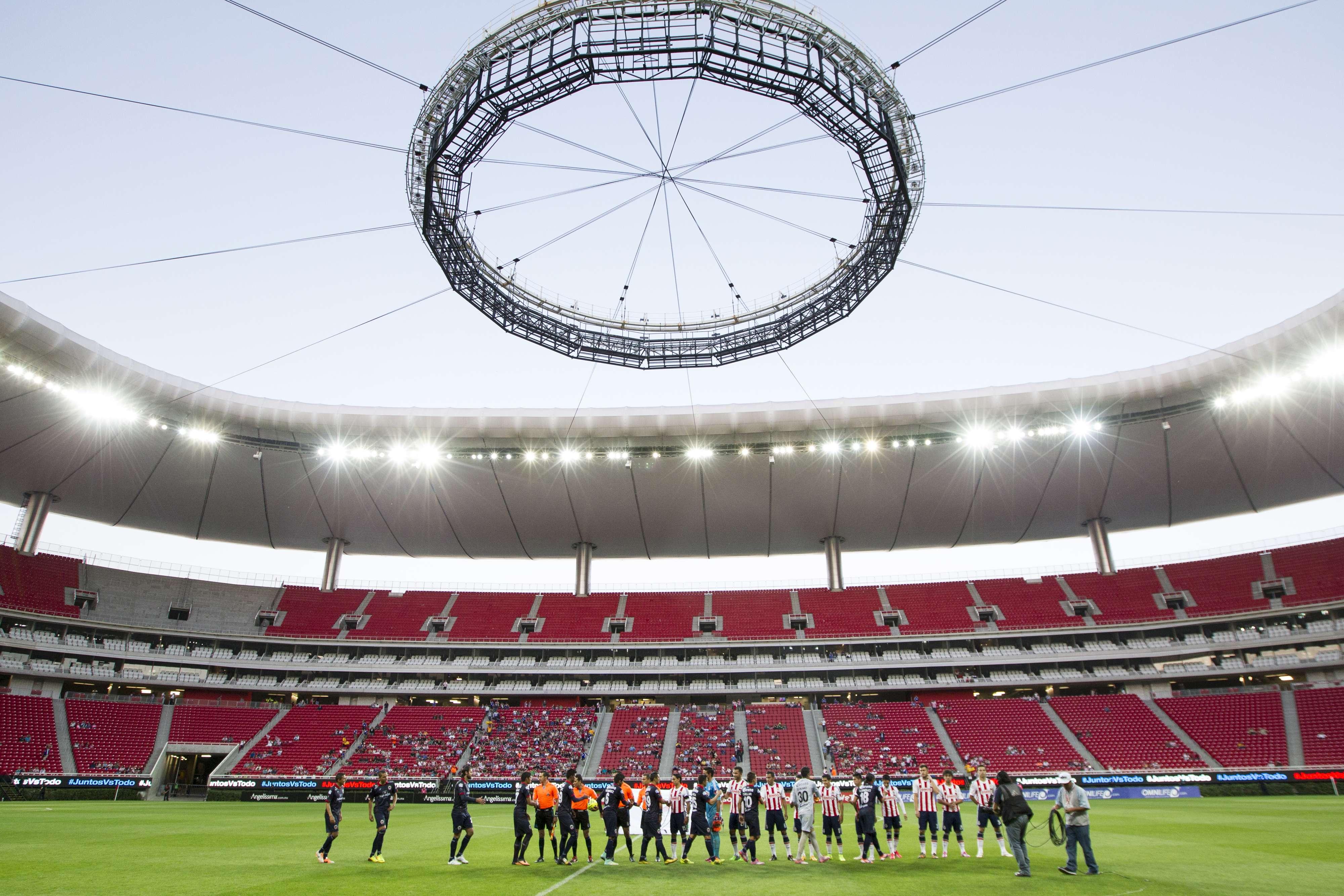 Jorge Vergara quiere vender en paquete el estadio Omnilife. Foto: Mexsport