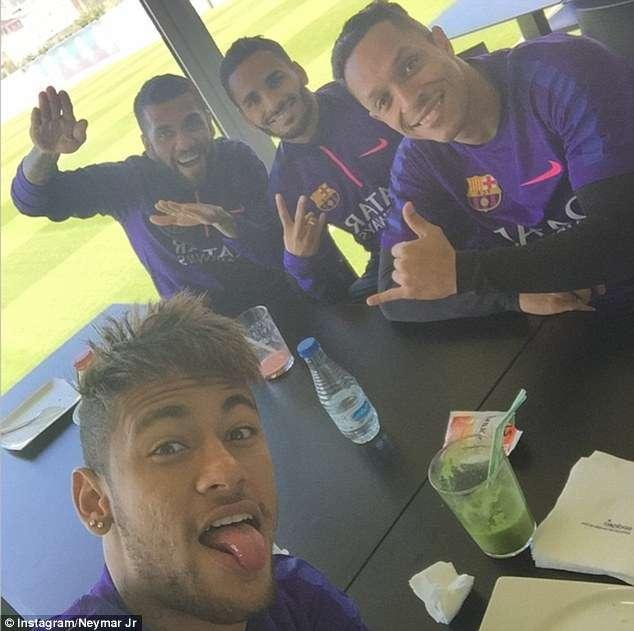 Neymar posa junto a sus compañeros de equipo. Foto: Instagram