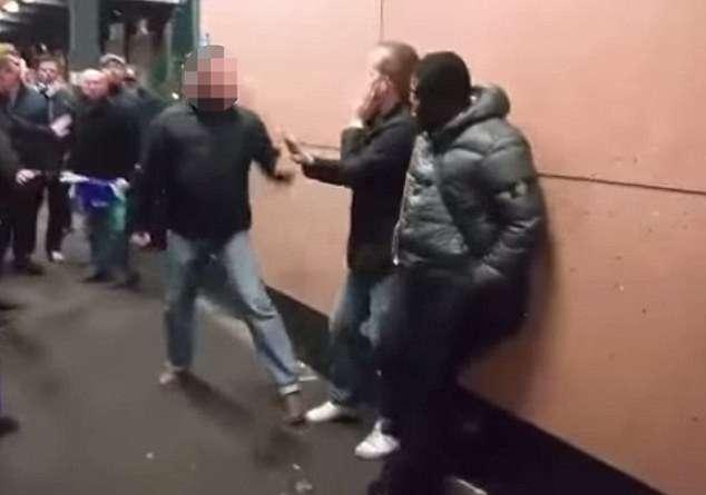 Imágenes de la pelea entre aficionados del Chelsea y Tottenham en Inglaterra Foto: Daily Mail