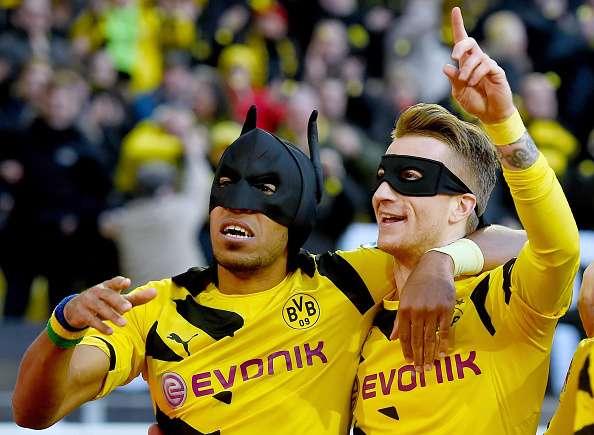 Aubameyang y Reus se pusieron las máscaras de Batman y Robin para celebrar el primer gol en la victoria en el derbi del Ruhr ante el Schalke. Foto: Getty Images