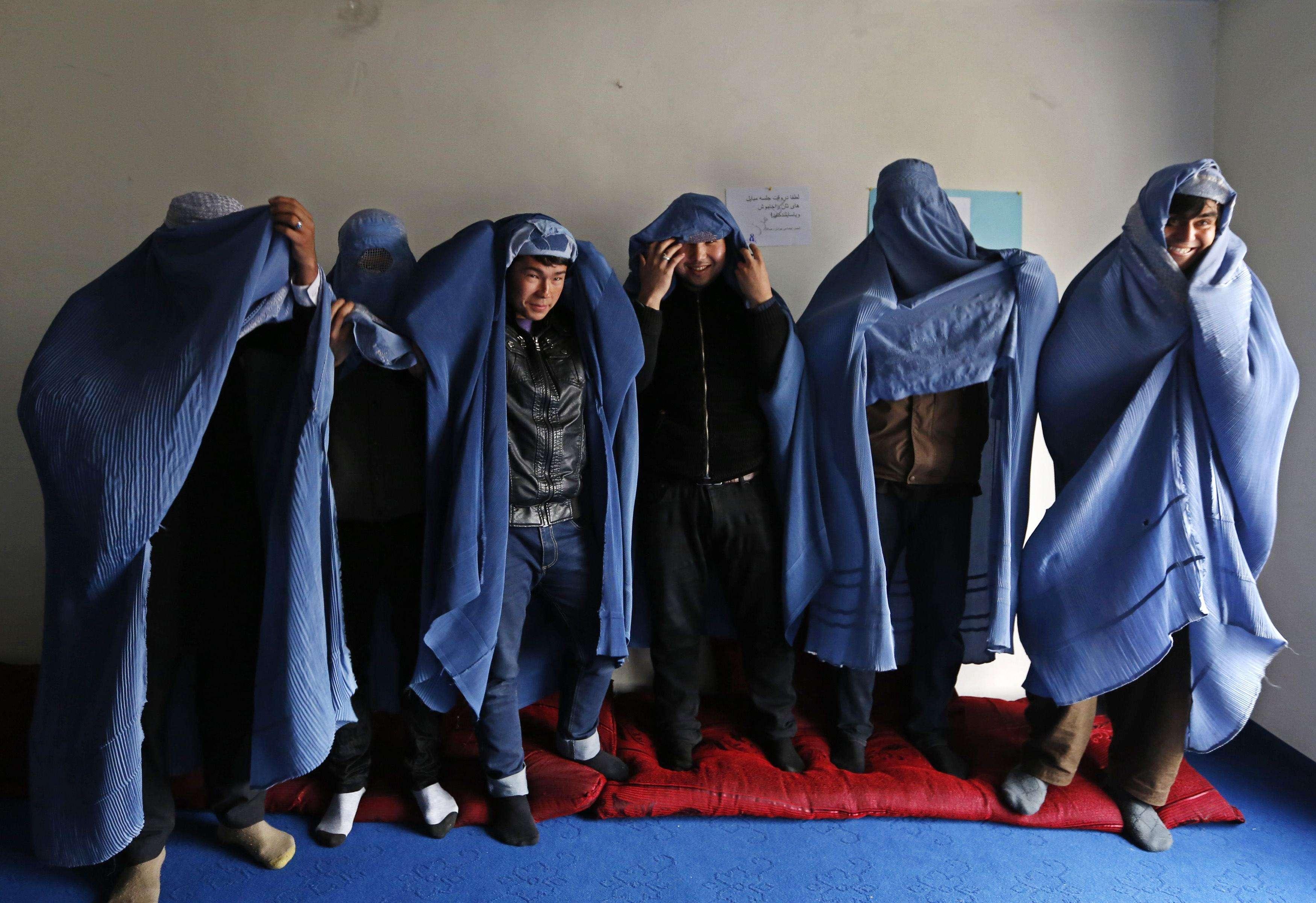 Hombres feministas de Afganistán posan con burkas para mostrar su solidaridad con las mujeres de su país con motivo del Día Internacional de la Mujer en Kabul, el 5 de marzo de 2015. Un grupo de hombres marcharon por la ciudad el pasado jueves. Foto: Reuters en español