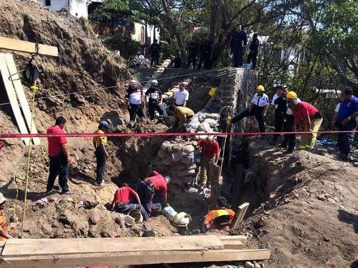 Alertados por el polvo levantado tras el derrumbe, trabajadores corrieron con palas para rescatar a sus compañeros. Foto: Reforma/Héctor Raúl González