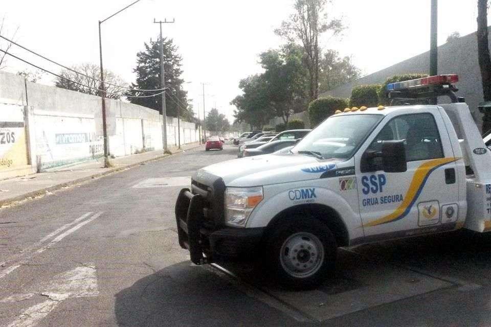 La Delegación Miguel Hidalgo planeaba un operativo para liberar la banqueta, pero cuando las grúas llegaron, no había autos estacionados ahí. Foto: Armando Vázquez/Reforma