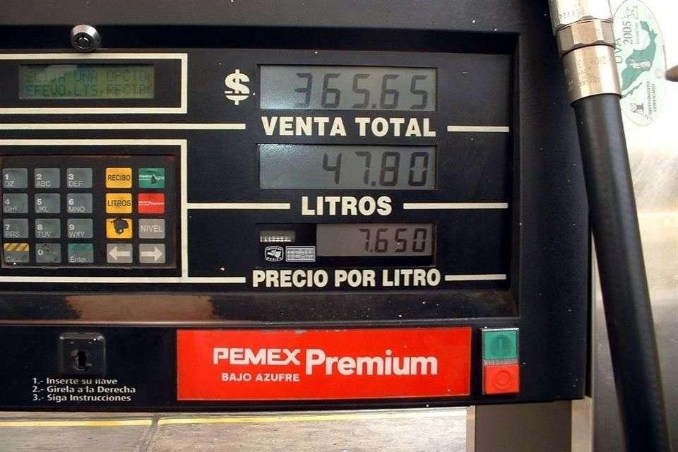 El Senado aprobó en comisiones expedir una nueva ley que castigará con cárcel a quien venda en gasolineras litros que no son de a litro. Foto: Reforma