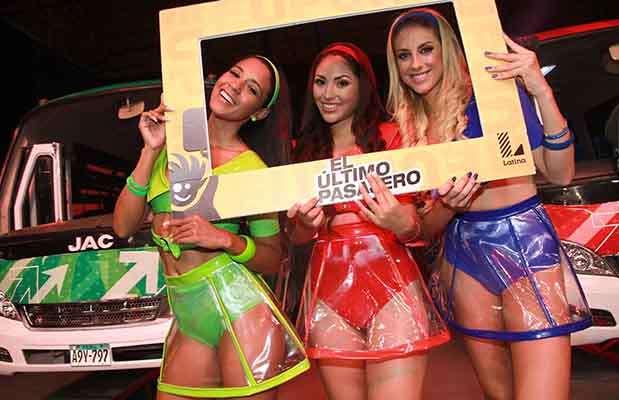 """Rocío Miranda (Azafata verde), Lesly Reyna (Azafata roja) y Nair Bravo (Equipo azul) son las animadoras de los equipos de """"El último pasajero"""". Foto: Difusión Latina"""