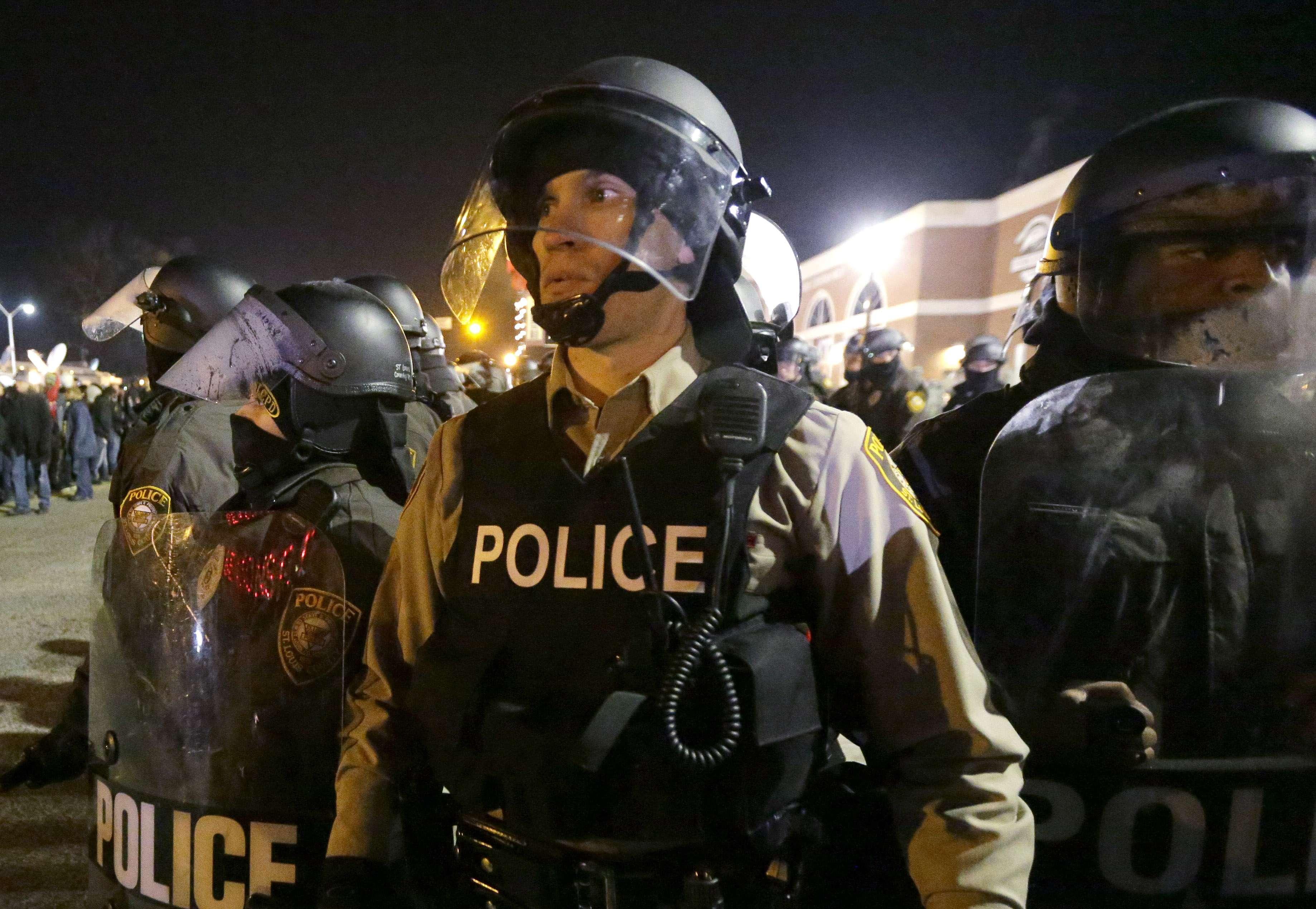 Agentes vigilan las calles afuera del Departamento de Policía de Ferguson, en Missouri. Foto: AP en español